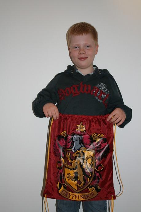 Det ble både gympose og genser i Harry Potter-butikken
